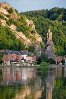 Widok na malownicze miasto dinant. belgia