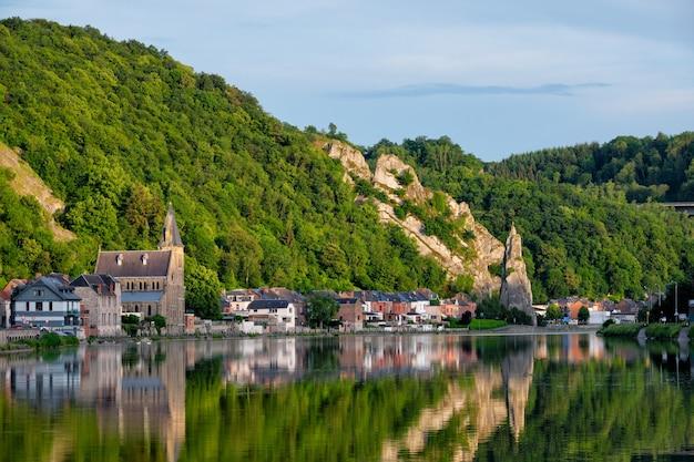 Widok Na Malownicze Miasto Dinant. Belgia Premium Zdjęcia