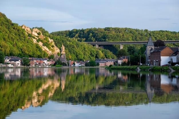 Widok na malownicze miasto dinant w belgii