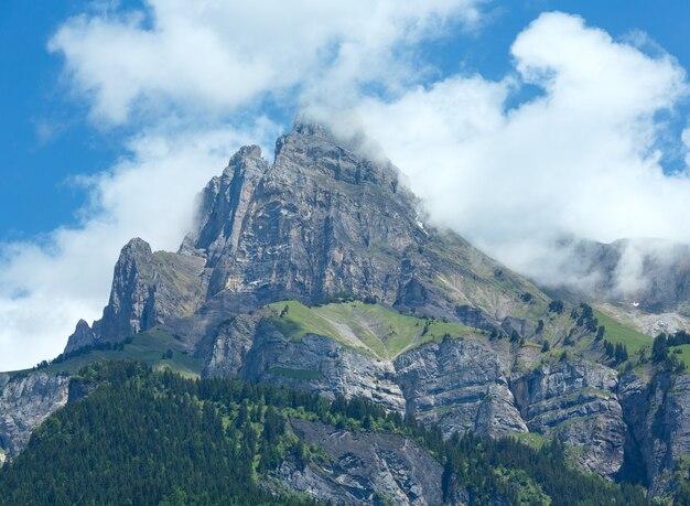 Widok na masyw górski mont blanc latem z jeziora passy (chamonix, francja).