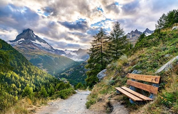 Widok na matterhorn z panoramicznej trasy w pobliżu zermatt w alpach szwajcarskich