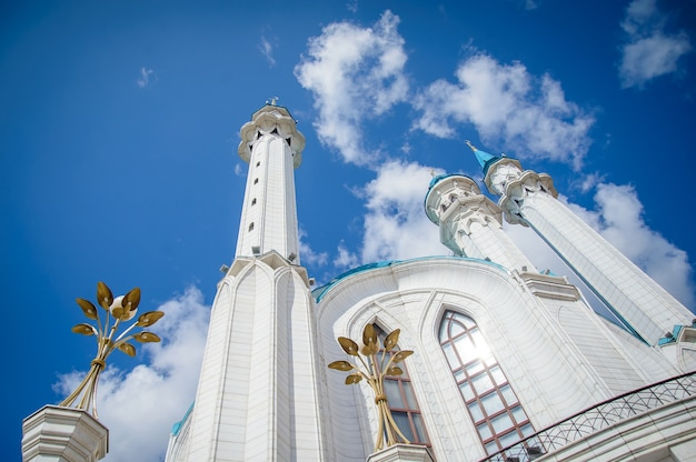 Widok na meczet kul sharif w słoneczny letni dzień, minarety na tle błękitnego nieba
