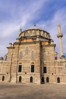 Widok na meczet laleli (tulip) w stambule, turcja