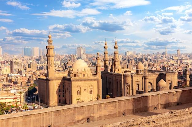 Widok na meczet-madrasę sułtana hassana, kair, egipt.