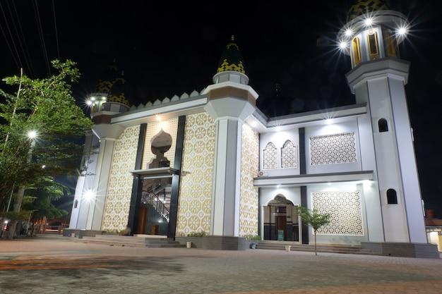 Widok na meczet w nocy w pekalongan, indonezja