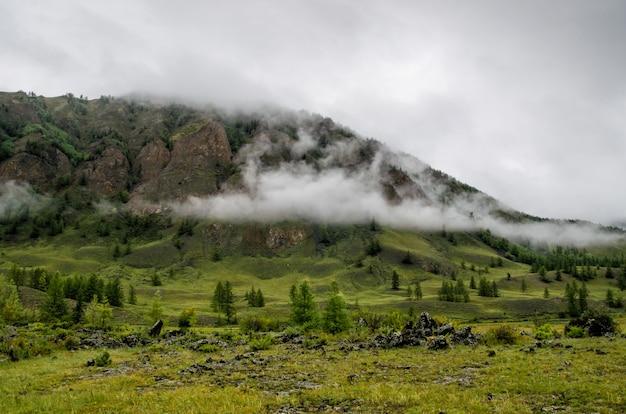 Widok na mgliste góry. buriacja. rosja