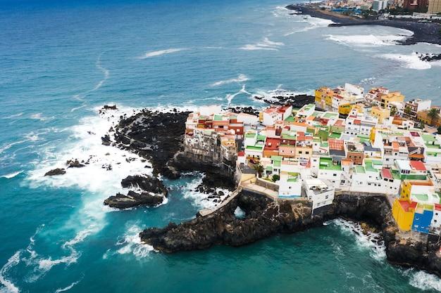 Widok na miasteczko punta brava w pobliżu miasta puerto de la cruz na wyspie teneryfa, wyspy kanaryjskie