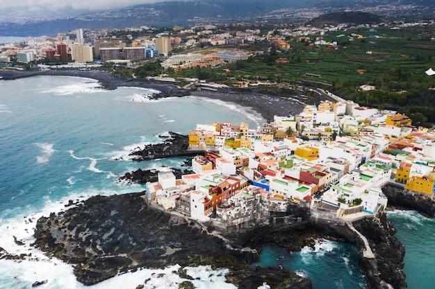 Widok na miasteczko punta brava w pobliżu miasta puerto de la cruz na wyspie teneryfa