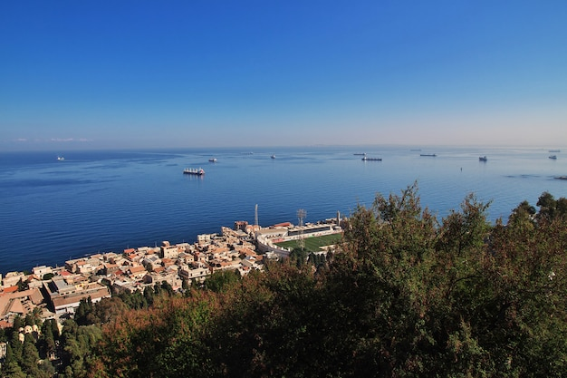 Widok na miasto algierii i morze śródziemne, algieria