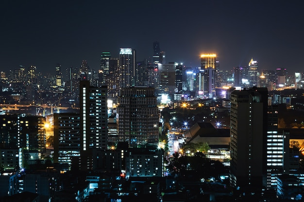 Widok na miasto bangkok w nocy