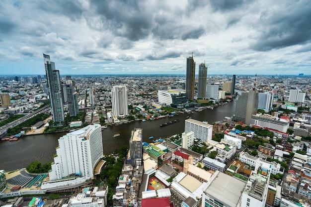 Widok na miasto bangkok z rzeką menam, tajlandia