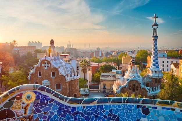 Widok na miasto barcelona z parku guell wschód słońca widok kolorowego budynku mozaiki w parku guell