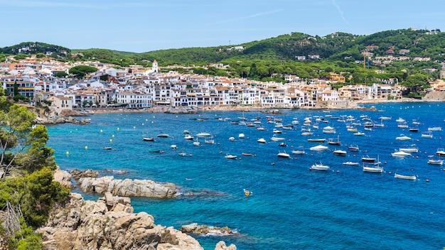 Widok na miasto calella de palafrugell w hiszpanii.
