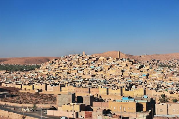 Widok na miasto ghardaia na pustyni sahara w algierii