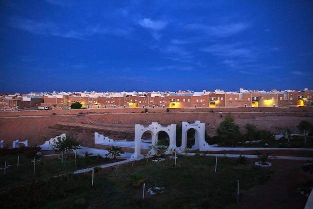 Widok na miasto ghardaia na saharze, algieria