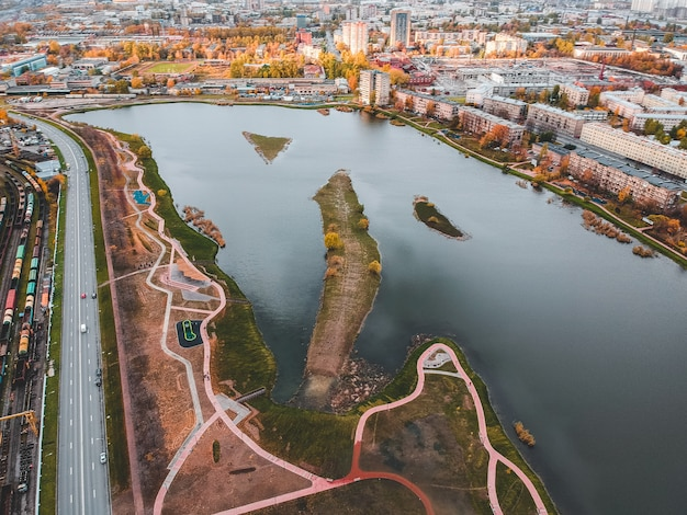 Widok na miasto i jezioro. rosja, sankt petersburg.