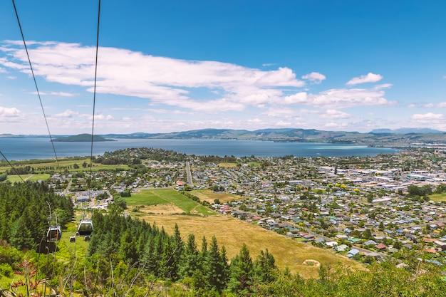 Widok na miasto i jezioro rotorua oraz kolejka linowa na szczyt wzgórza