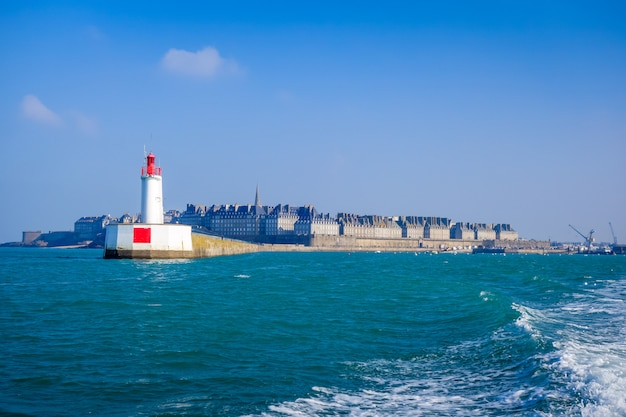Widok na miasto i latarnię morską saint-malo z morza, bretania, francja