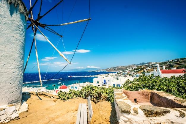 Widok na miasto i morze w mykonos w grecji