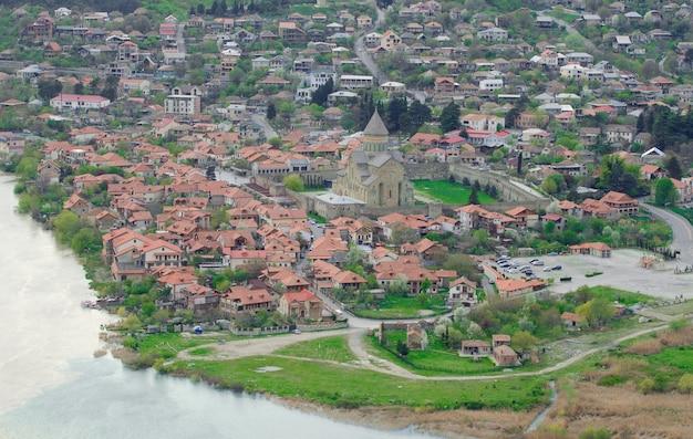 Widok na miasto mccheta i świątynię svetitskhoveli z klasztorem jvari