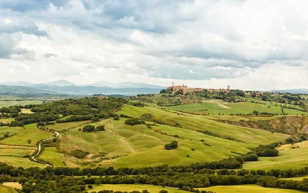 Widok na miasto pienza z typowymi toskańskimi wzgórzami