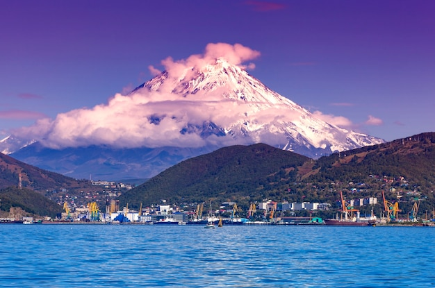 Widok na miasto pietropawłowsk kamczacki i wulkany