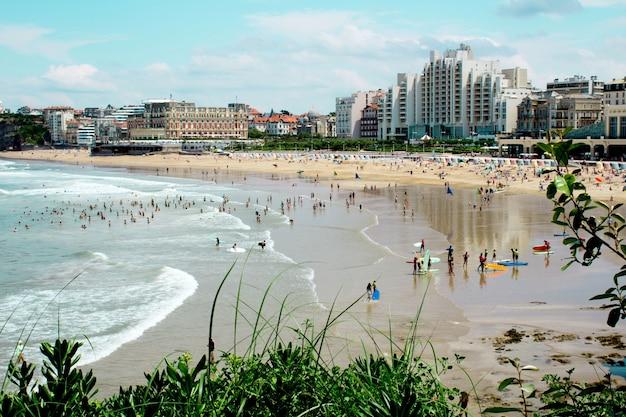 Widok na miasto, plażę i ocean w słoneczny dzień. biarritz. francja.