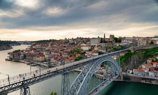 Widok na miasto porto i dzielnicę ribeira w portugalii z drugiej strony rzeki duero.