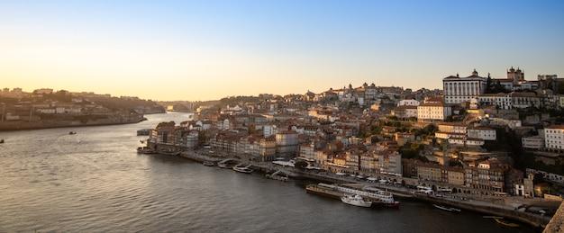 Widok na miasto porto i dzielnicę ribeira w portugalii