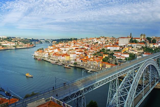 Widok na miasto porto, portugalia z mostem dom luiz