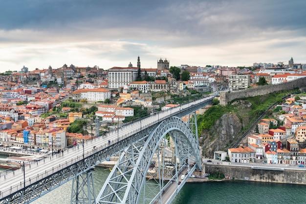 Widok na miasto porto w portugalii z drugiej strony rzeki douro.
