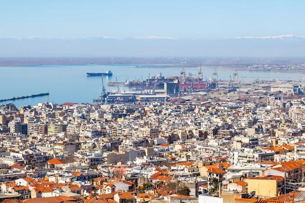 Widok na miasto saloniki, morze, statki i górę olimpijską.