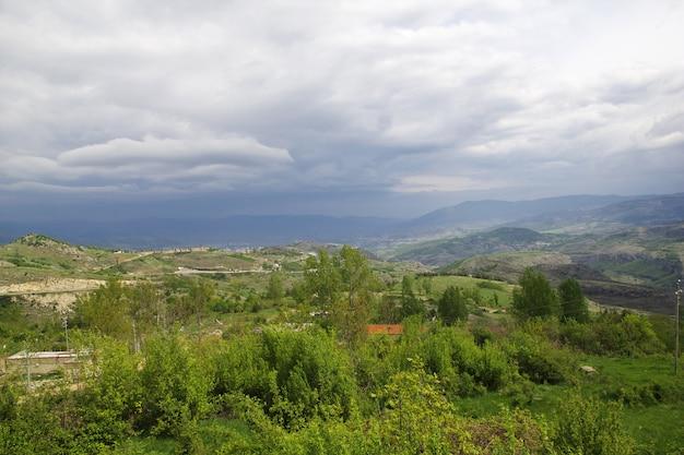 Widok na miasto shushi w nagorno - karabach na kaukazie