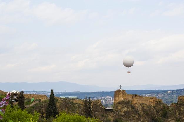 Widok na miasto tbilisi i pejzaż miejski, stolica gruzji, stara słynna architektura i budynek