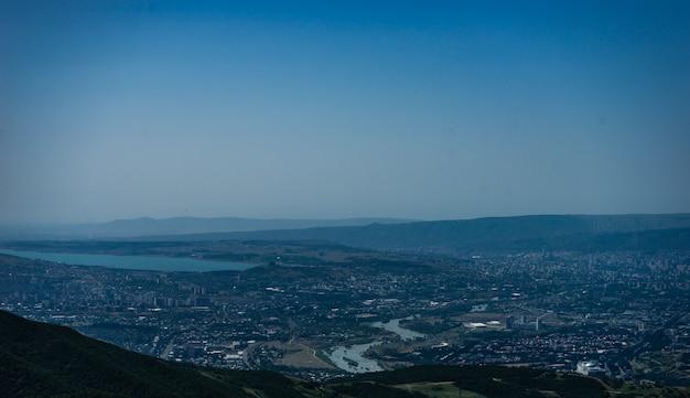 Widok na miasto tbilisi z klasztoru zedazeni