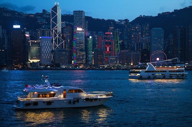 Widok na miasto w nocy. hongkong z portu wiktorii.