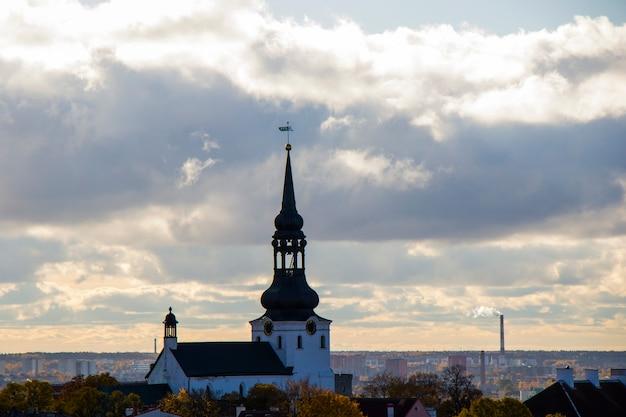 Widok na miasto w tallinie. kościół św. mikołaja, budynki i architektura widok z zewnątrz na starym mieście w tallinie, kolorowe domy w starym stylu. widok panoramiczny. estońska architektura.