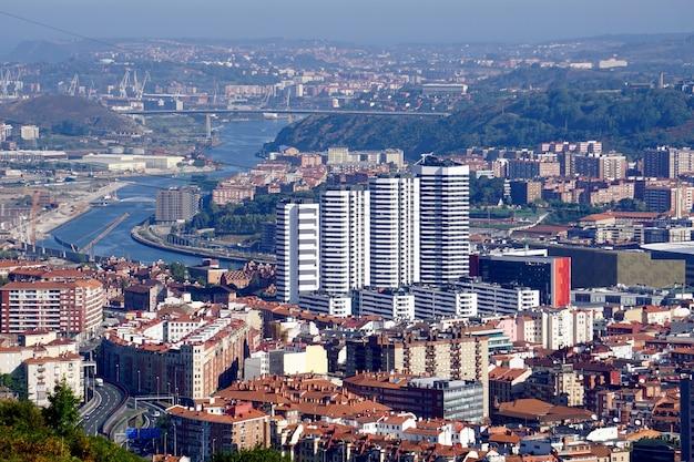 Widok na miasto z bilbao hiszpania, architektura bilbao