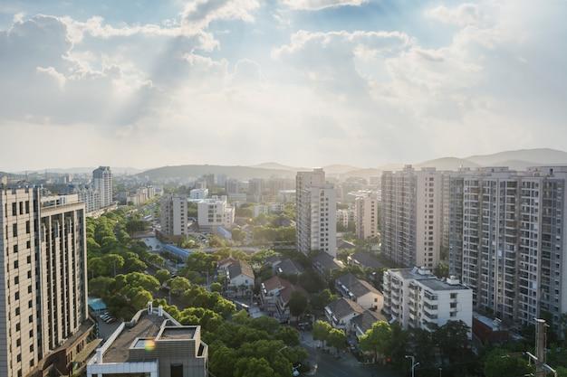 Widok na miasto z budynków i drzew