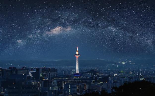 Widok na miasto z kioto w nocy, z gwiaździstym niebem
