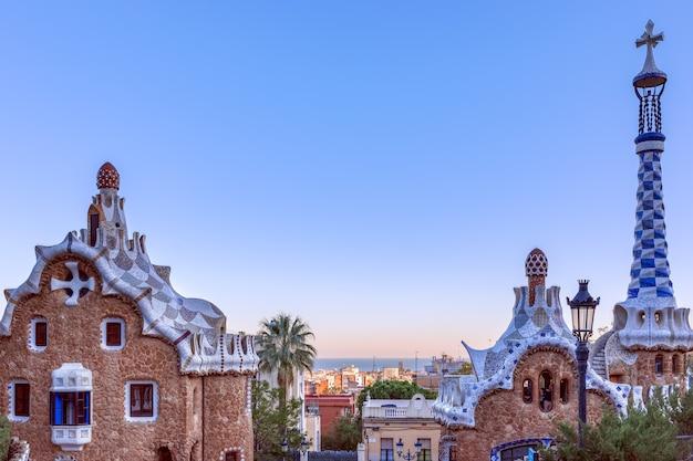 Widok na miasto z parku guell przez architekta antoniego gaudiego w barcelonie, hiszpania.