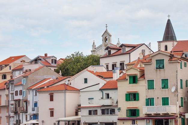 Widok na miasto z tradycyjnego morskiego miasteczka w chorwacji z czerwonymi dachami i lekkimi domami