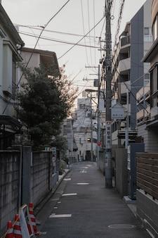 Widok na miasto z wąską ulicą i budynkami