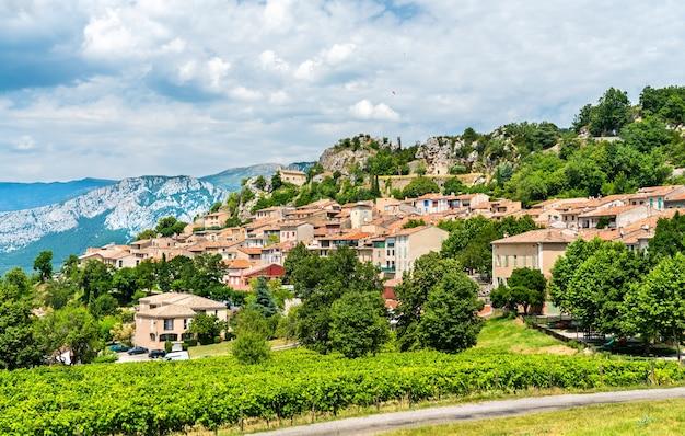 Widok na miejscowość aiguines w departamencie var we francji