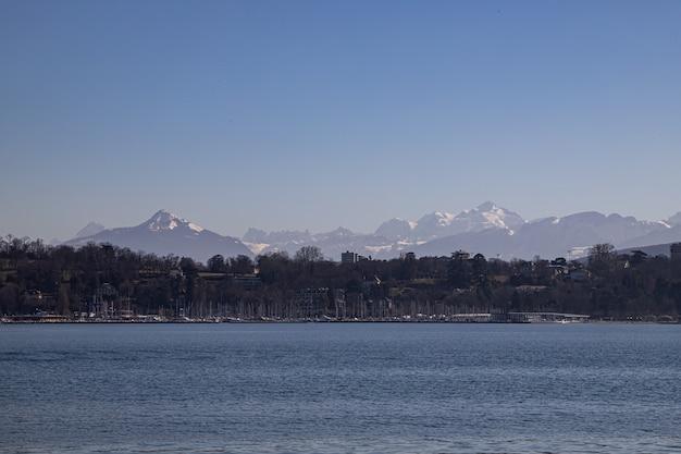 Widok na mont blanc i alpy nad jeziorem genewskim, szwajcaria