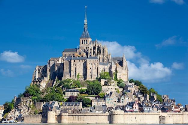 Widok na mont-saint-michel, francja, europa.
