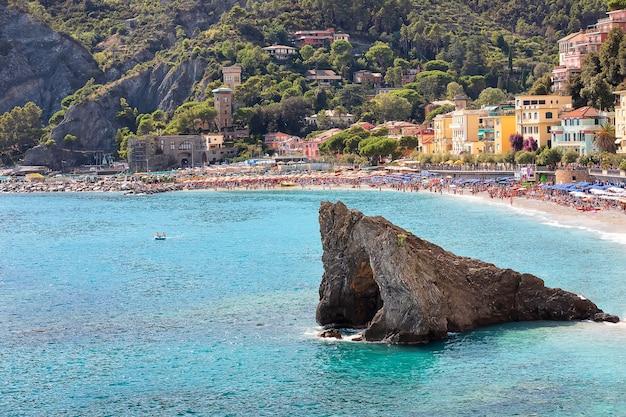 Widok na monterosso w cinque terre w ligurii i piękną skałę włochy europa