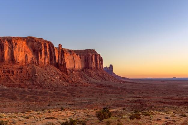Widok na monument valley w czasie pięknego wschodu słońca na pograniczu arizony i utah w usa
