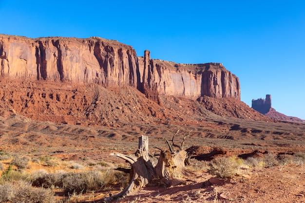 Widok na monument valley w czasie wschodu słońca na pograniczu arizony i utah w usa