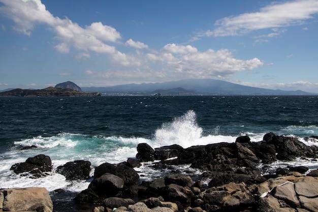 Widok na morskie fale i fantastyczne wybrzeże
